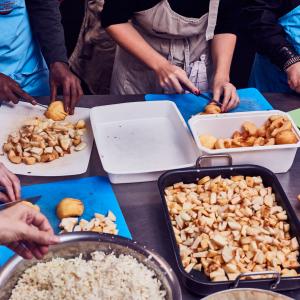Préparation du repas des Petites Cantines © clairepayen