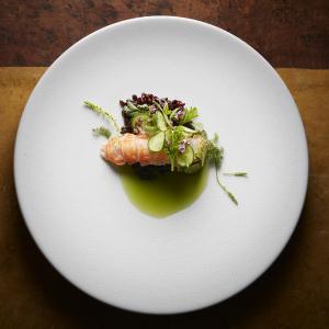 Les Apothicaires - Langoustine cuite à la vapeur de Verveine, riz noir grill eau de concombre et herbes et fleurs d'été © Thomas Dhellemmes